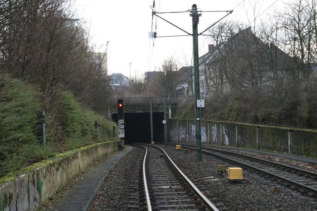 1920px-Bielefeld,_Tunneingang_an_der_Stadtbahnhaltestelle_Sudbrackstraße