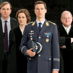 das-tv-experiment-der-ard-bringt-einige-deutsche-tv-stars-gemeinsam-vor-die-kamera-florian-david-fitz-vorne-als-eurofighter-pilot-lars-koch-lars-eidinger-links-als-sein-verteidiger-martina-gedeck-als
